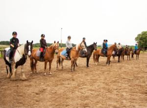 Nogle af Gl. Estrup Rideklubs elever og ponye